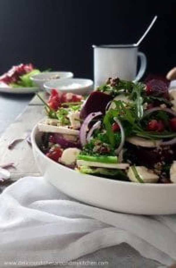 Winterlicher Rucola- Wirsingsalat mit Rote Bete, Granatapfelkerne und Quinoa