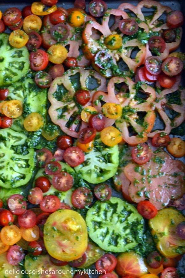 Schneller Flammkuchen mit Tomaten und Basilikum