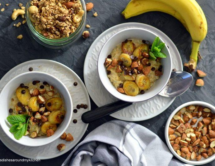 Bananen- Porridge mit gerösteten Mandeln und Kakao- Nibs oder selbstgemachtem Bananen Granola
