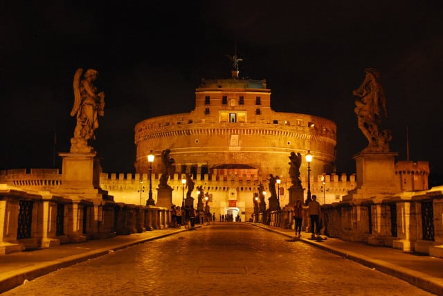 Visit Rome_night_Castel Sant'Angelo from ponte Sant'Angelo_01