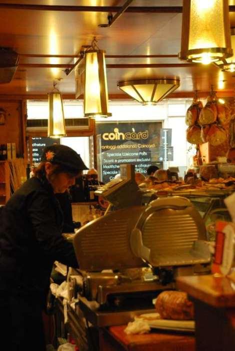 Visit Bologna_Via Drapperie Market 5