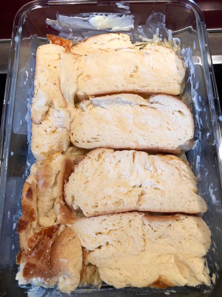 Die Butterzöpfe in Scheiben schneiden