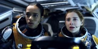 Na imagem: Dra. Judy Robinson (Taylor Russell) e Penny Robinson (Mina Sundwall)