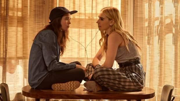 Shawna Hawkings (Ellen Page) e Claire Duncan (Zozia Mamet)
