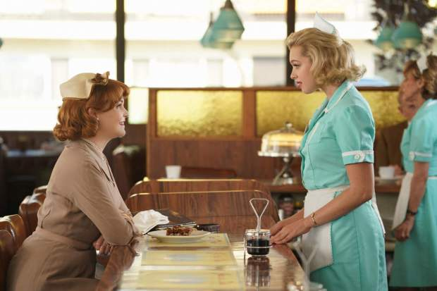 "Beth Ann (Ginnifer Goodwin) encontrando-se com April (Sadie Calvano) em ""Why Women Kill"""