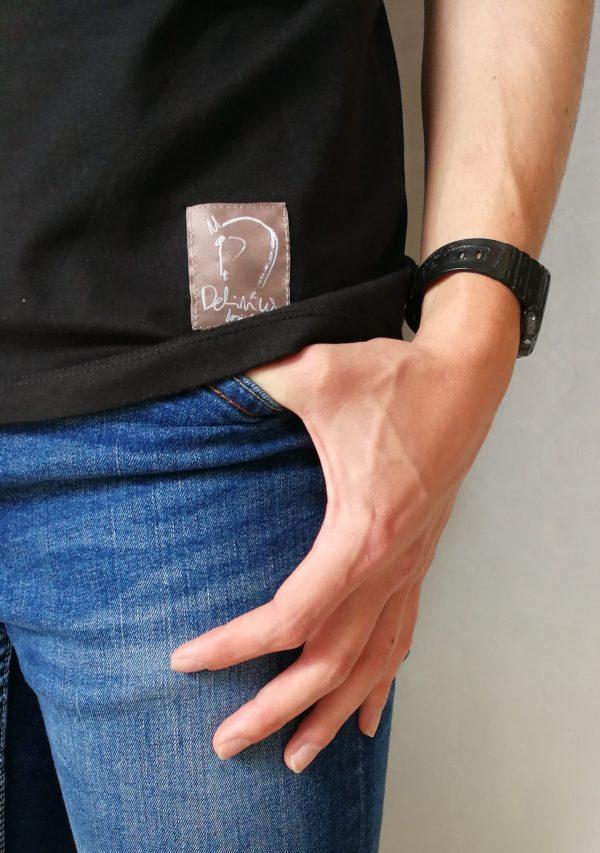 Detalle Camiseta Cortesia manga corta color negro hombre