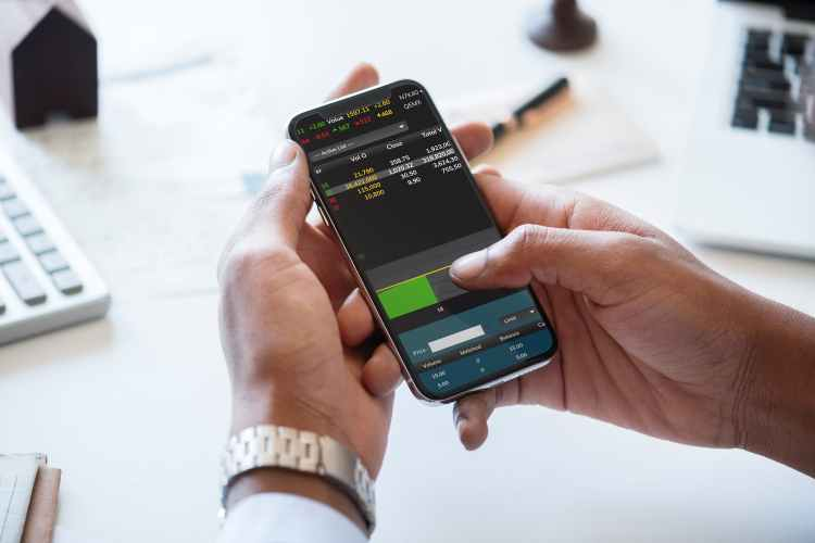 hand holding mobile chaking status os exchange - 8 Advantages of Trading Forex That Will Motivate You to Get Started