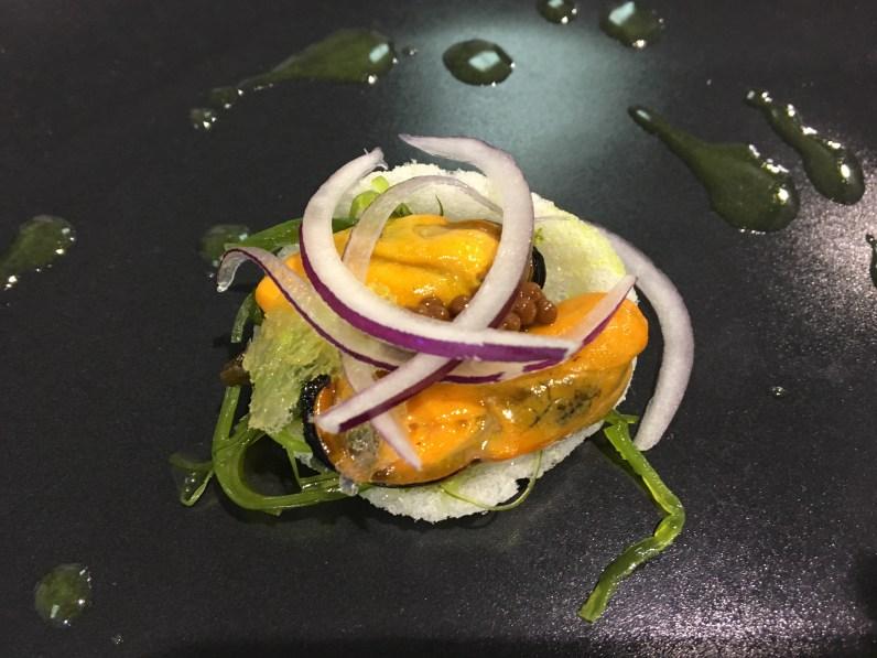 Mejillones y algas en pan de arroz