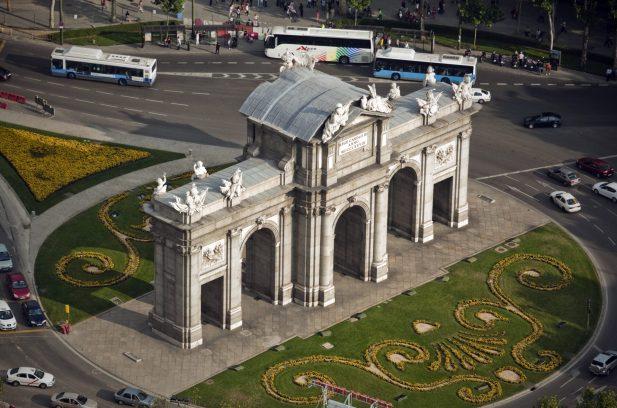 Vista aérea de la Puerta de Alcalá. EFE/EMILIO NARANJO