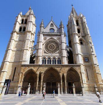 León - Fachada_de_la_Catedral - crédito Rastrojo via WikimedioaCommons