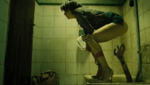 La película está repleta de momentos bizarros, como esa sorpresa en el agujero del aseo