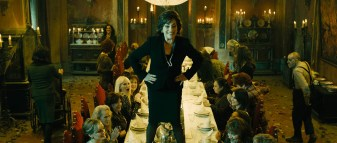 La líder de las brujas preside la mesa de una cena muy especial
