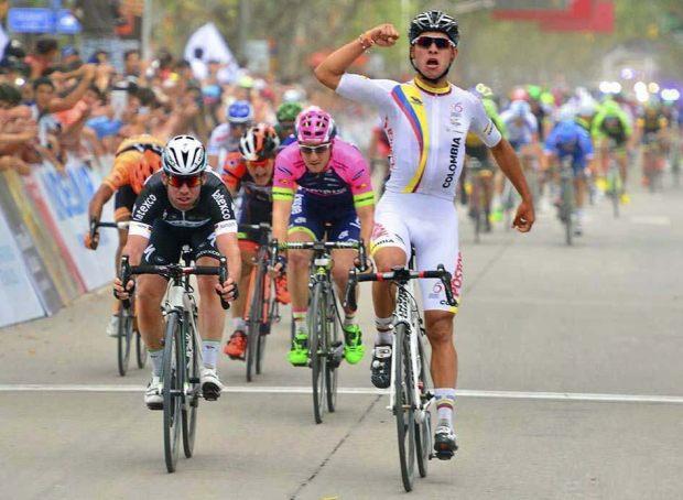 Gaviria ganando a Cavendish