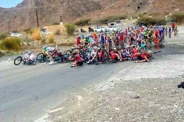 El pelotón sufre una caída en el Tour de Omán