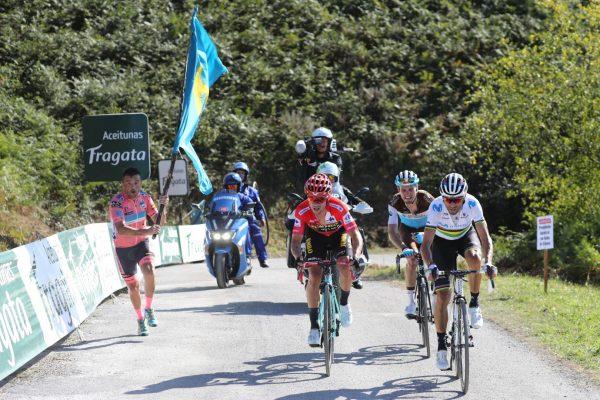 Valverde y Roglic en el Acebo