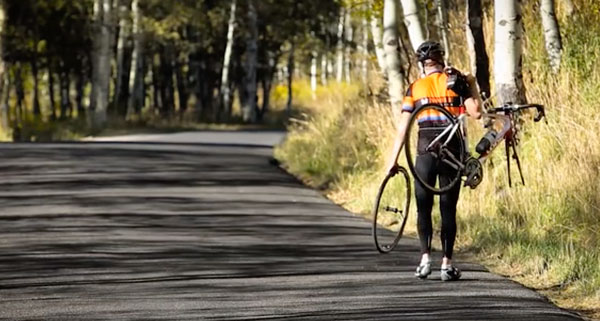 ciclista pincha y no tiene hinchadores eléctricos