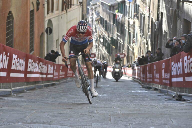 Mathieu Van Der Poel en la llegada a Siena en Strade Bianche