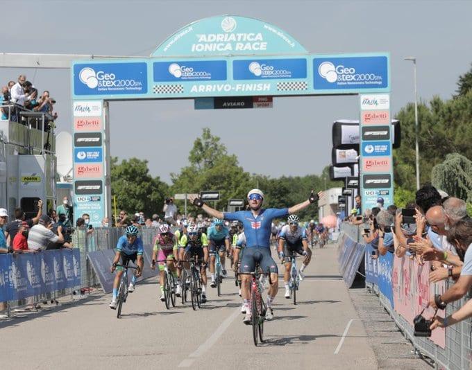 Elia Viviani gana la primera etapa en Adriática Ionica