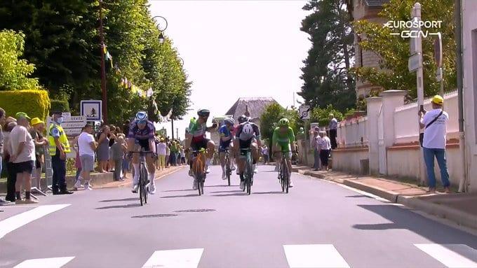 Enfado de Sagan y Colbrelli en el sprint intermedio