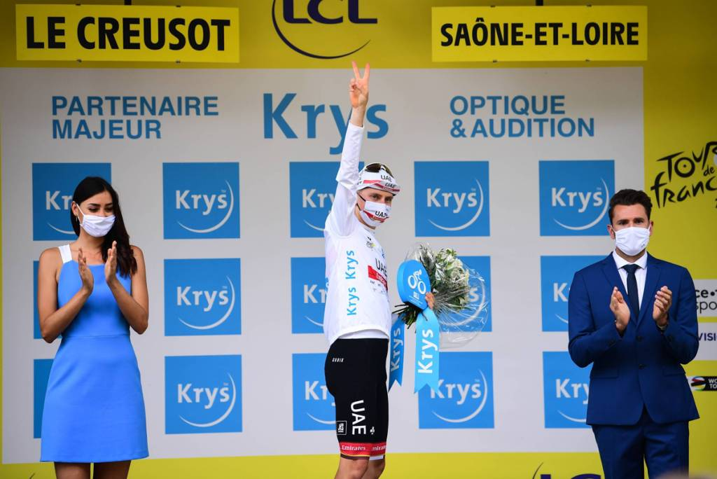 Tadej Pogacar en el podio de la séptima etapa del Tour de Francia