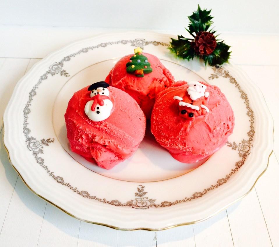 frambozenijs als feestelijk dessert met kerstmis