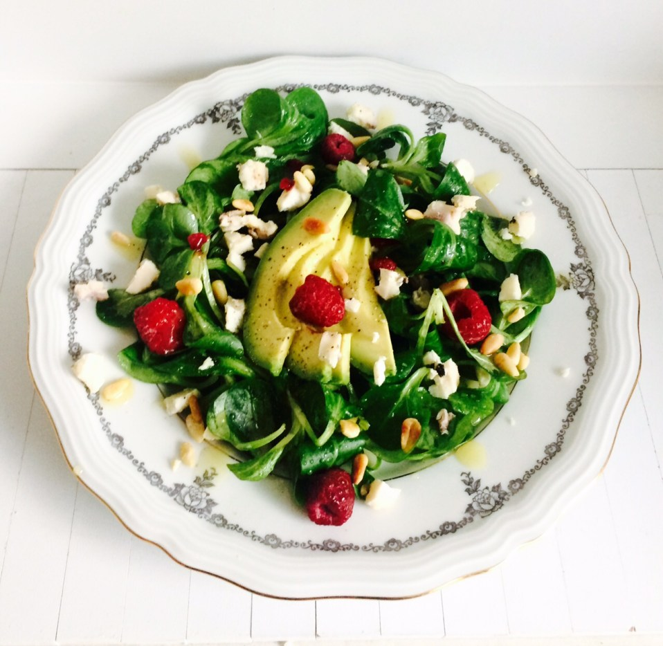 superfood salade met veldsla, avocado en frambozen