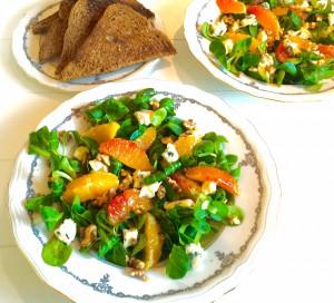 salade met bloedsinaasappel, blauwe kaas en walnoten