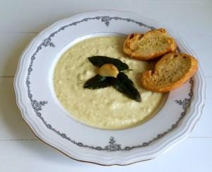 romige soep van knolselderij met gepofte knoflook