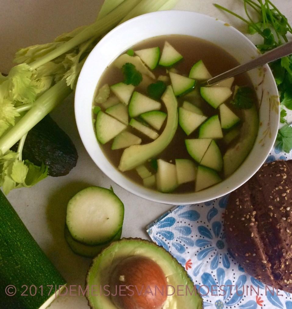 kippensoep met avocado en verse groente