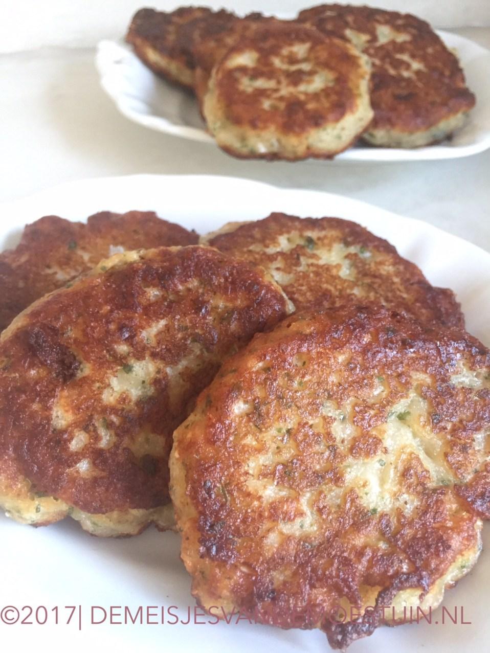 hartige uienkoekjes met kaas en kruiden