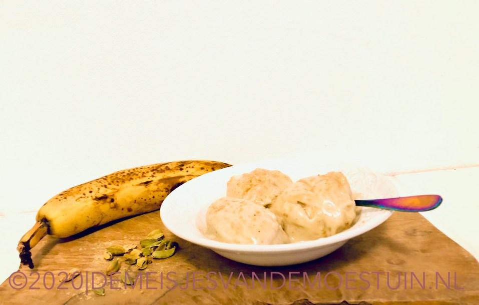 vanille kardemom ijs van overrijpe bananen