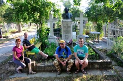 """La mormântul celui ce a fost supranumit, """"poetul Basarabiei"""", Alexie Mateevici. Poezia sa, Limba Noastră, este imnul de stat al Republicii Moldova, însă întrebarea la care multă lume evită sau nu vrea să răspundă e """"Care e limba noastră?""""...a celor din Republica Moldova"""