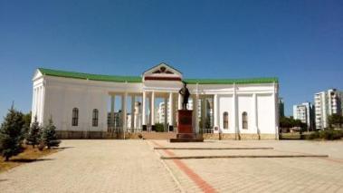 """Intrarea în fostul cimitir Dragalina, este marcată acum de statuia impunătoare a lui Grigori Aleksandrovici Potemkin, supranumit """"Mare Hatman al Mării Negre și al brigăzilor de cazaci de la Ekaterinoslav"""""""