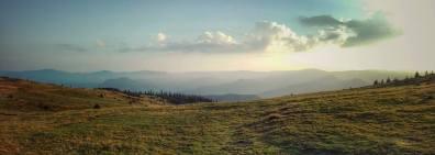 Peisajul unei dimineți frumoase în Șaua Lucăciasa din Munții Maramureșului