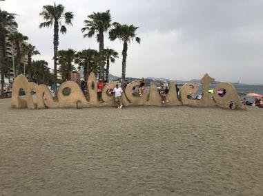 Malaga Beach! Wist je dat Spanjaarden heel hun hebben en houden mee nemen naar het strand? Van partytenten tot aan pannen om mee te bbq'n en ga zo maar door. Hoe meer je hier van ziet, hoe minder toeristisch het gebied is