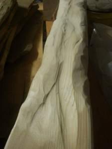mit stechbeitel oder winkelschleifer wird die grobe struktur des stammes herausgearbeitet.