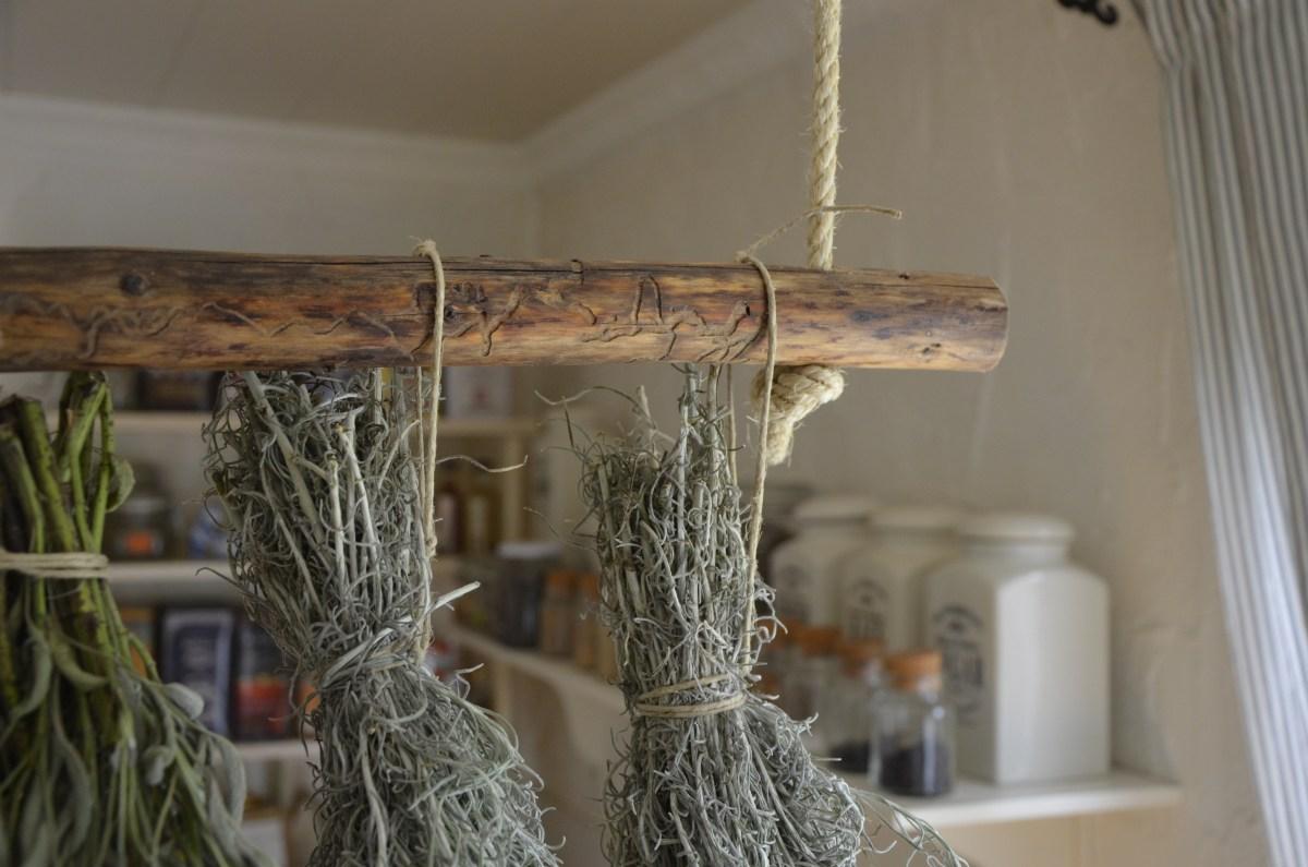 neu im shop: rustikale hängestange als dekor, küchenorganizer oder kräutertrockner