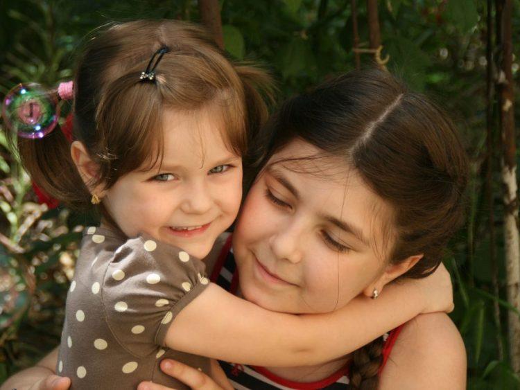 sisters-781098_1920