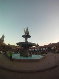 No meio da Plaza de Armas, chafariz com a estátua do Rei Inca.