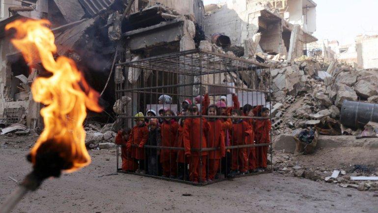 La historia que hay detrás de la impactante foto de unos niños enjaulados quemados vivos por el ISIS