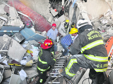 Firefighters belonging to the Tacubaya sector and workers dig for sur