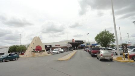 En el estacionamiento de este centro comercial fue encontrada la cabeza de un hombre. Es el cuarto decapitado en una semana.