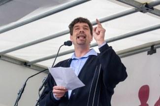 Christoph Scharnweber (EAK Heilbronn): »Wollen wir symbolisieren, was mit der Online-Petition gegen den Bildungsplan geschehen ist. Aufgrund der Arroganz der Mächtigen und der Ignoranz der grün-roten Abgeordneten vor dem Willen der Bürger, sind alle unsere 192.000 Unterschriften in wenigen Minuten einer Sitzung im Mülleimer gelandet.«