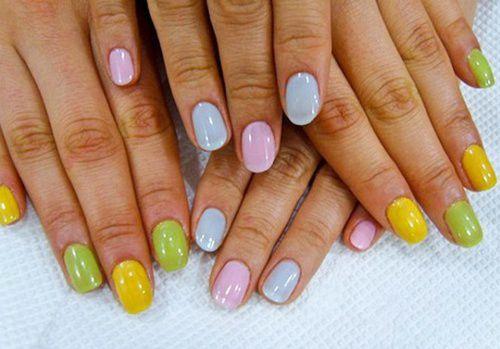 manichiura in culori pastel