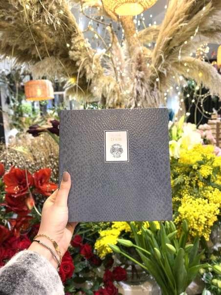 livre d'or avec un fond remplis de fleurs