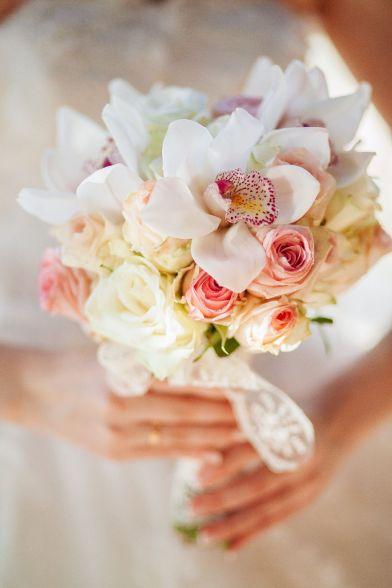 bouquet de fleur avec des roses blanches, rose pastel et des orchidées