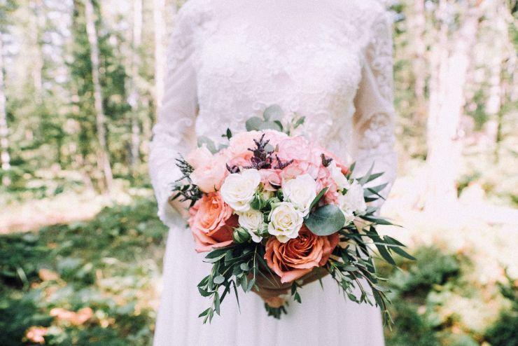 bouquet de fleurs des roses blanches et roses.