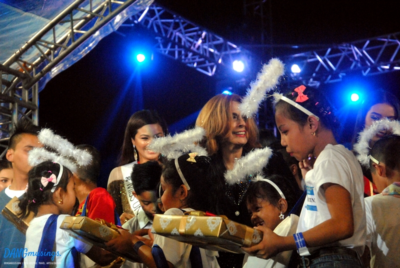 araneta-christmas-tree-lighting-2016-he-cares-foundation-giftgiving2