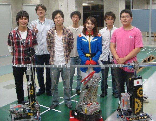 あのFBI美人捜査官(連邦軍の軍服)とKIT夢考房ロボットプロジェクトのメンバー