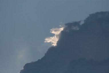 Skyerne trækker bort.